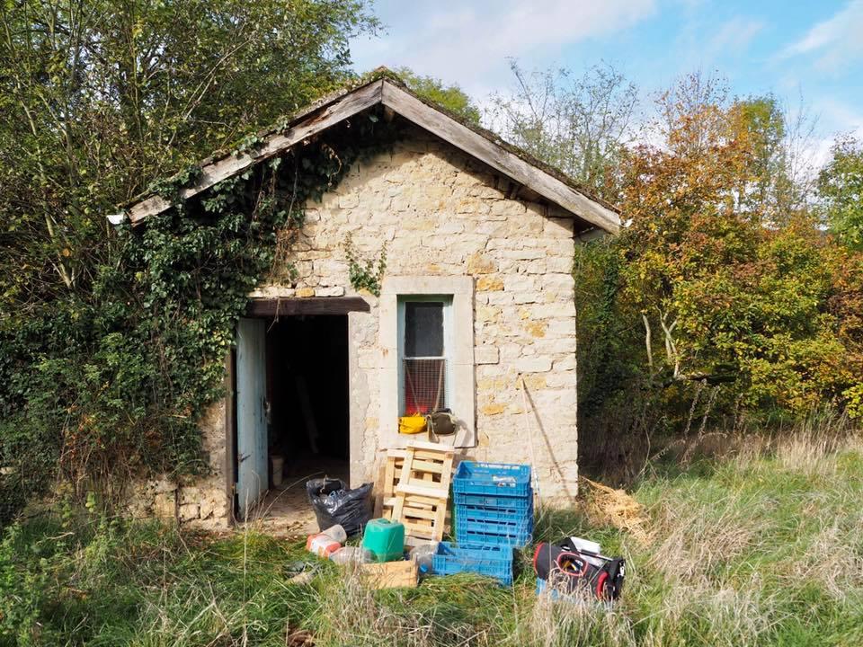 Cette petite cabane nous est très utile comme lieu de stockage. Elle est dans un état correct et idéalement située au centre du terrain.