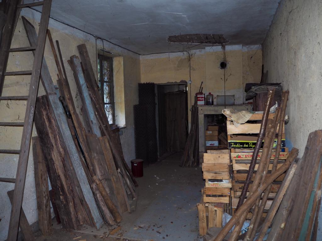 La maison et la cabane sont remplies de matériaux en tout genre.